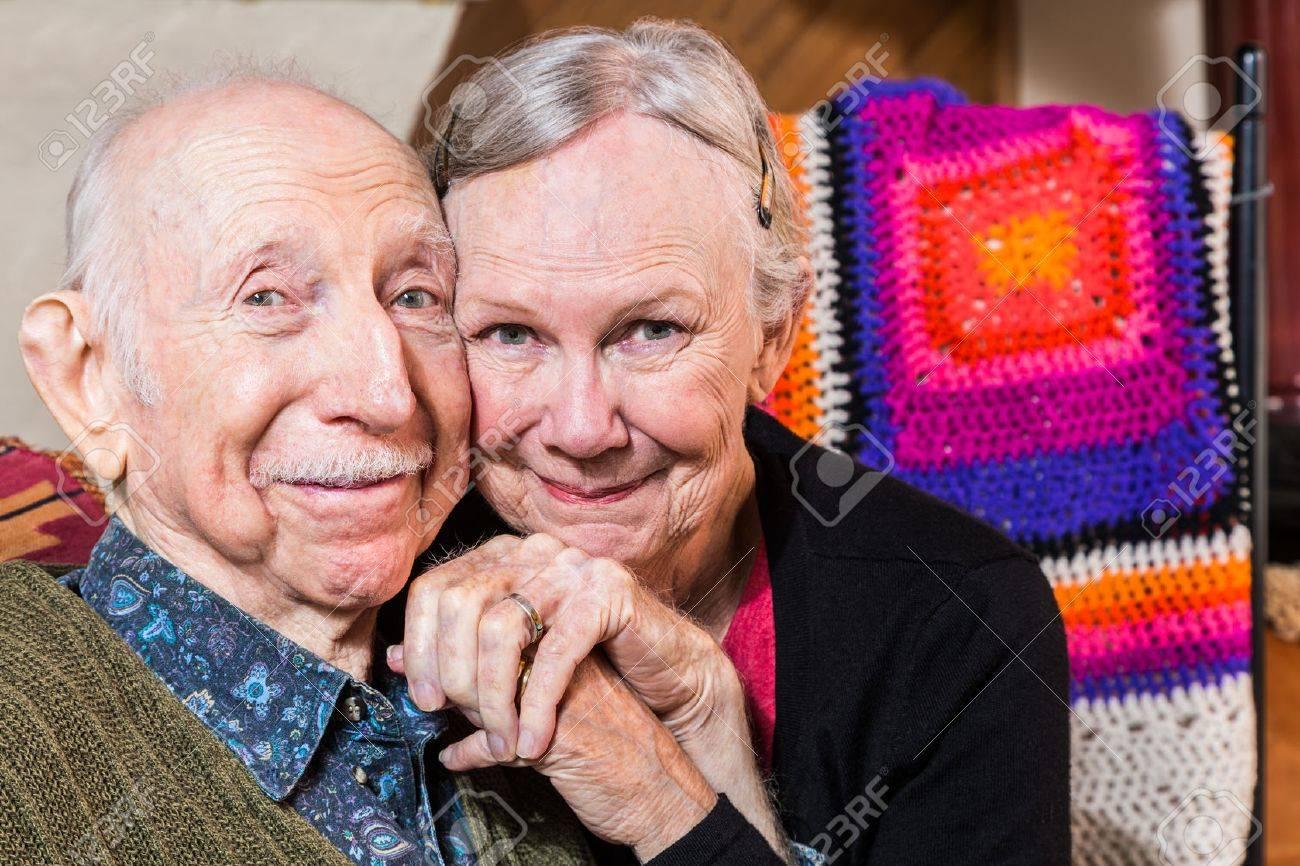 Glücklich älteres Ehepaar Sitzt Im Wohnzimmer Mit Gesichtern ...