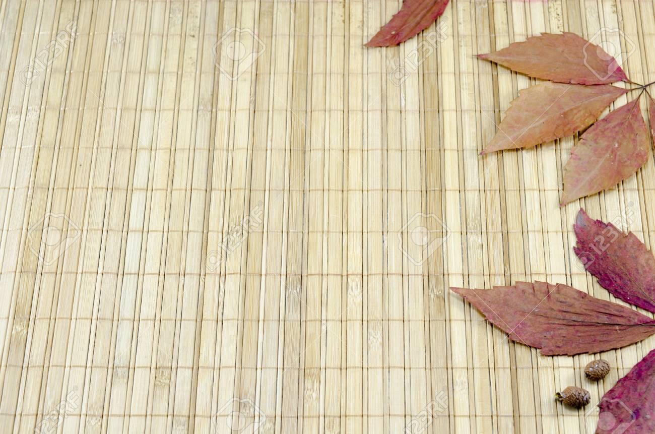 Bunte Herbstblatter Und Kleine Kegel Auf Einem Bambus Tischdecke