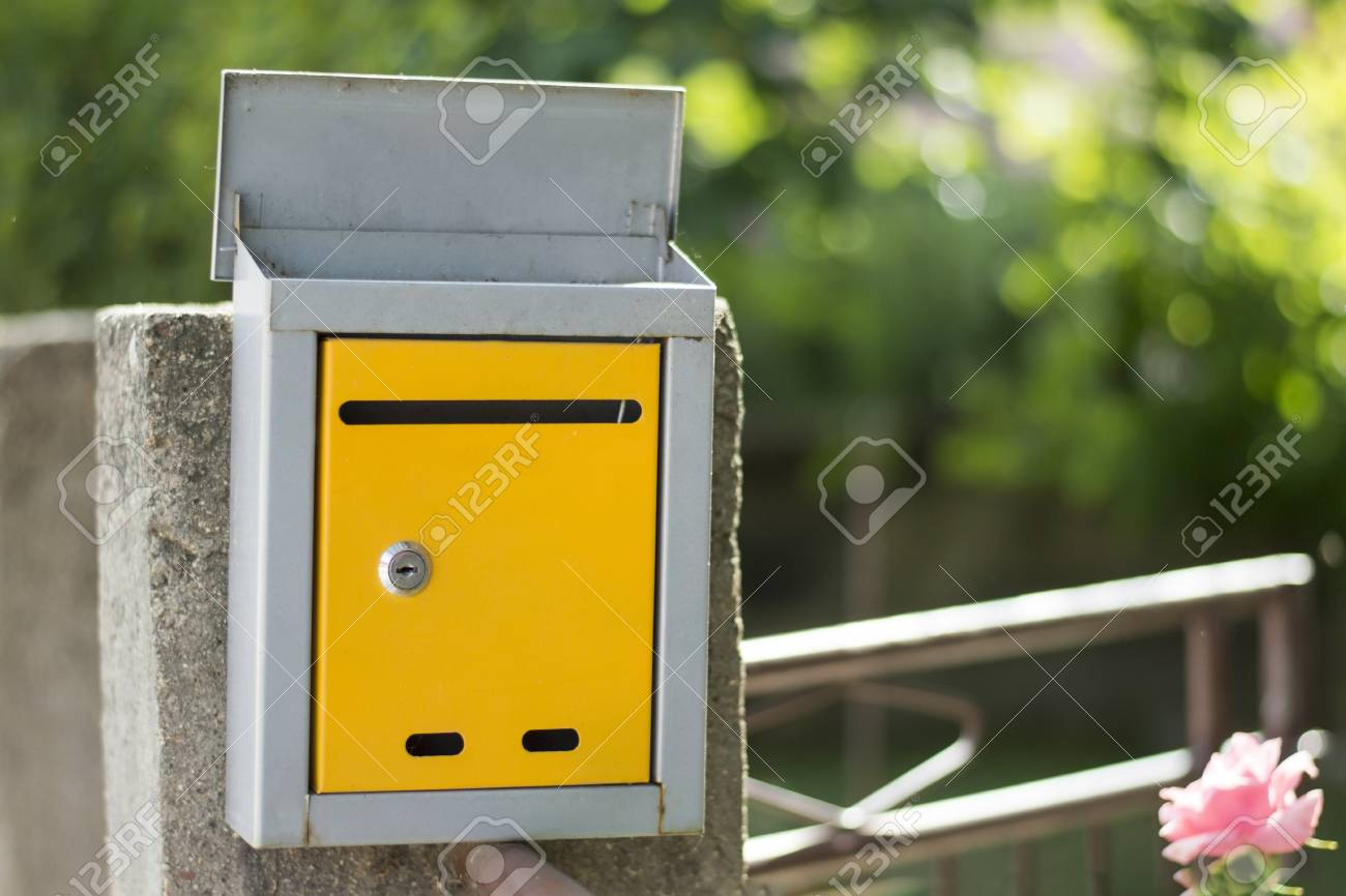 Ouvert Boite Aux Lettres Sur La Cloture Tourne Avec Une Faible