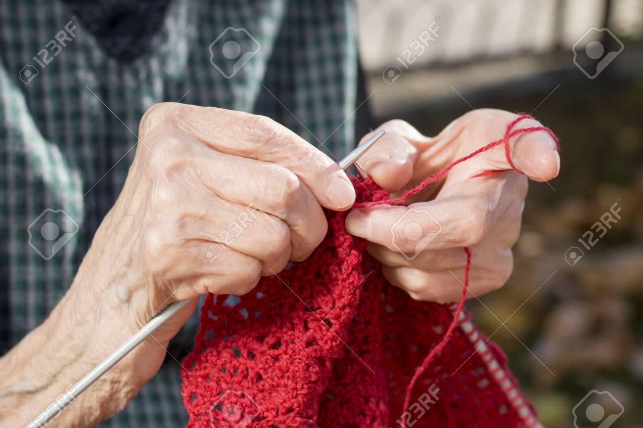 Manos De La Mujer Hacer Punto Un Suéter Rojo Para Un Regalo De ...