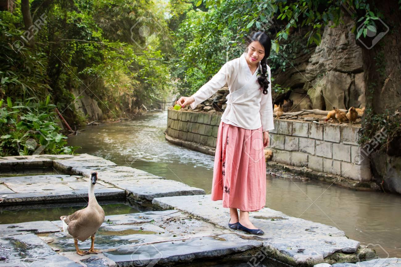 Nina China Y Ganso Jugando Junto Al Rio Fotos Retratos Imagenes Y