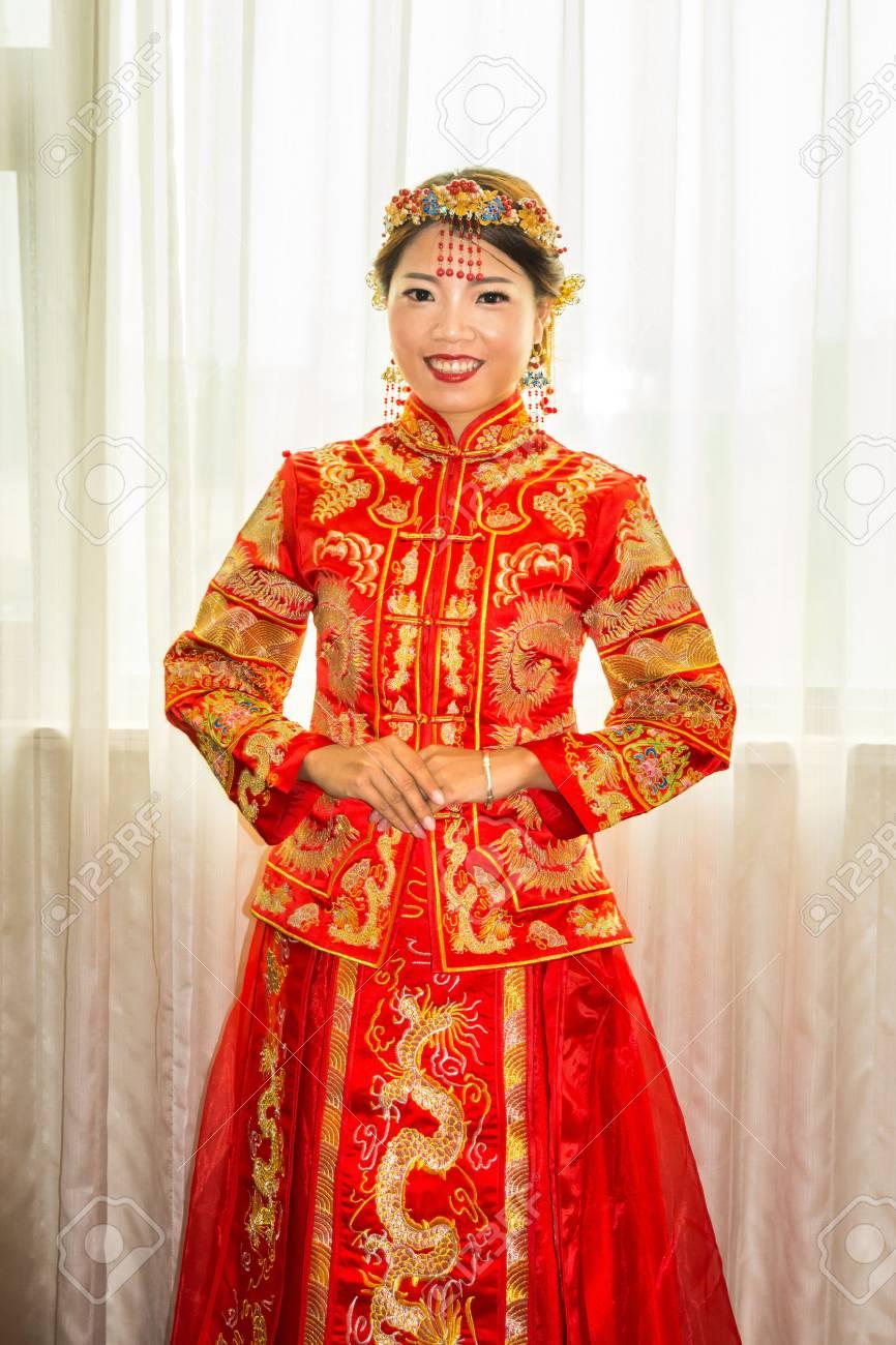 Chinesische Braut in traditionellen roten Brautkleid Porträt