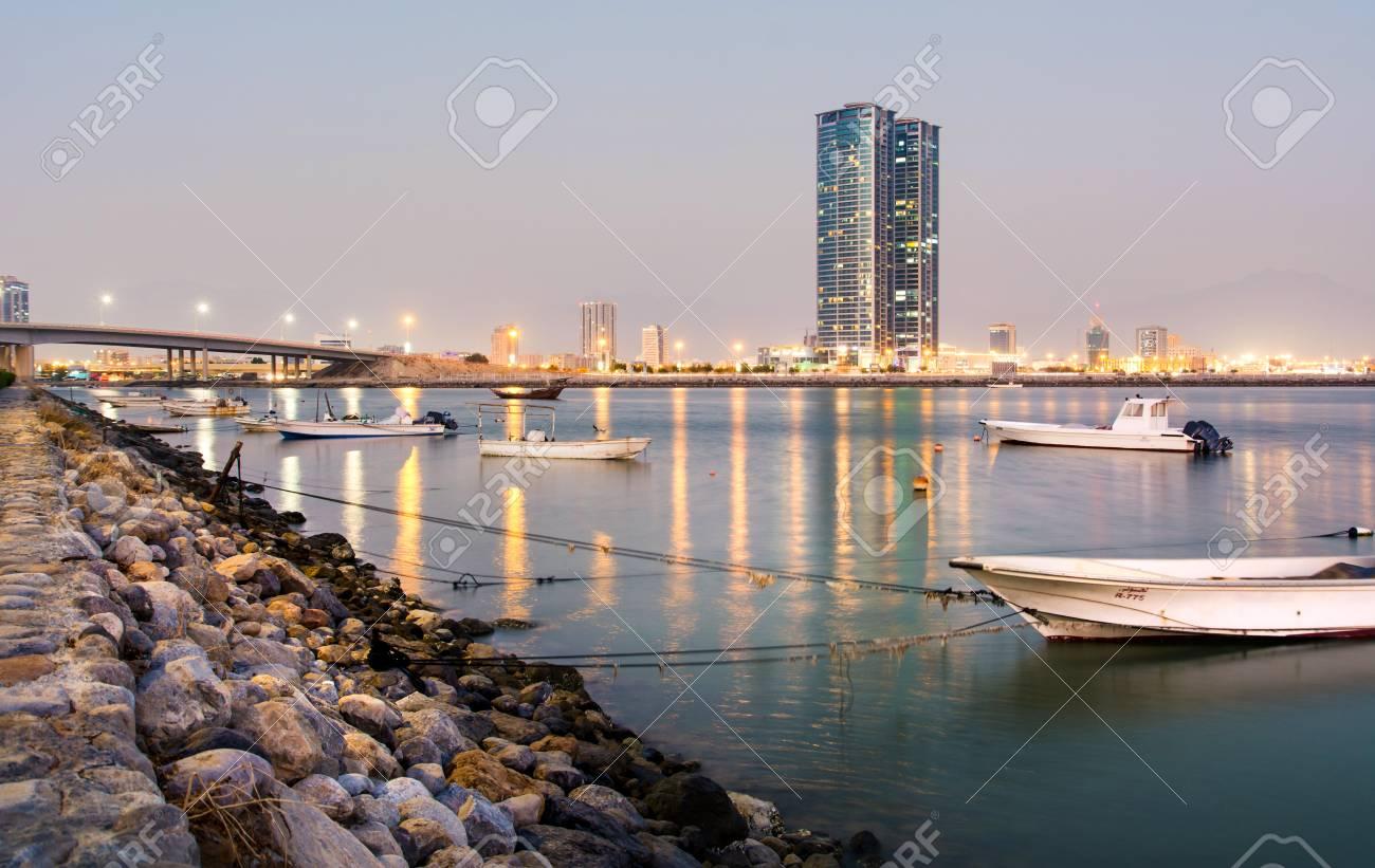 Insenatura di Ras Al Khaimah con la vista della città al crepuscolo, gli  Emirati Arabi Uniti
