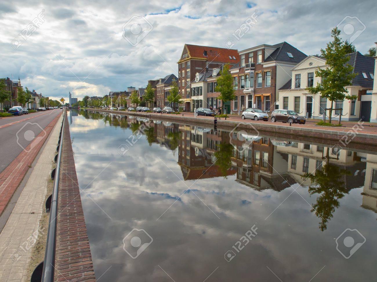 アッセンの市オランダで中央運河...