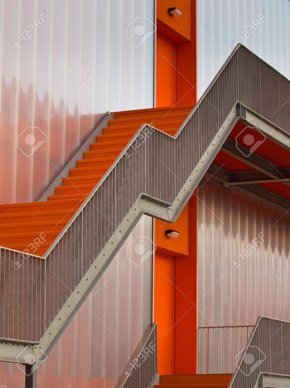 Orange Fluchttreppen An Der Außenseite Eines Modernen Gebäudes  Standard Bild   12285697