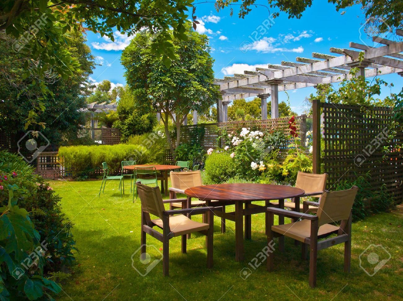 Con Jardines Jardín Con Madera Mesa De Comedor Situado A La Sombra ...