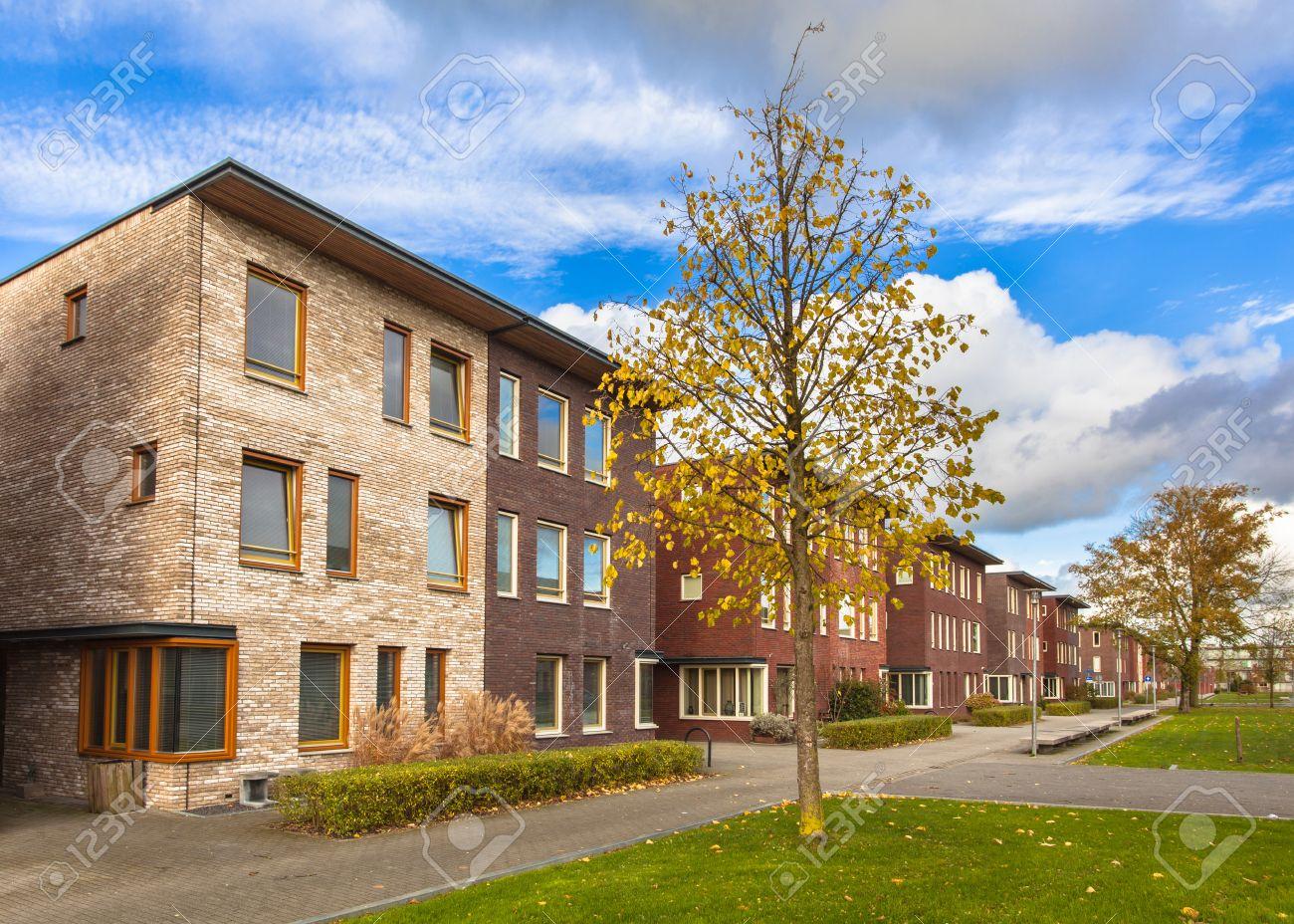 Große Moderne Mittelschicht-Vorstadthäuser In Europa Lizenzfreie ...