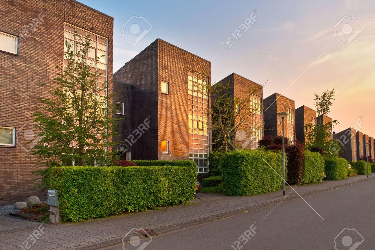 Straße Mit Modernen Häusern In Einem Vorort Lizenzfreie Fotos ...
