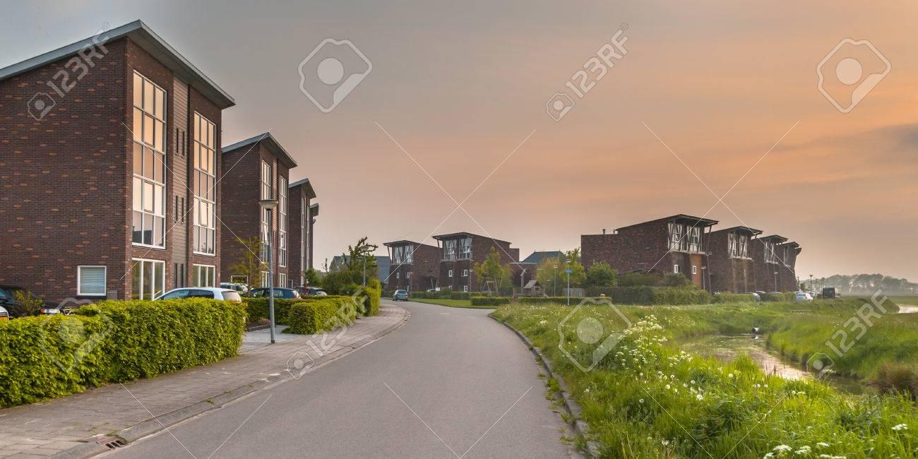 Große Moderne Mittelklasse Vorstadthäuser In Europa Lizenzfreie ...