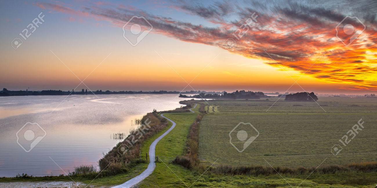 Circuito Holanda : Panorama aéreo de holanda pólder paisaje con sinuoso circuito de