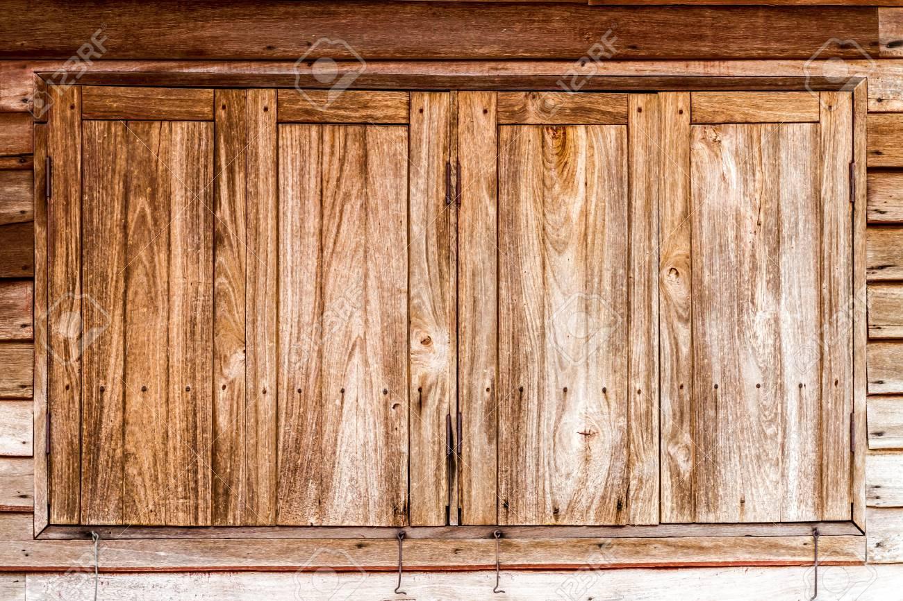 La Plinthe Du Mur fenêtres fermées en bois sur la planche rayés mur en bois