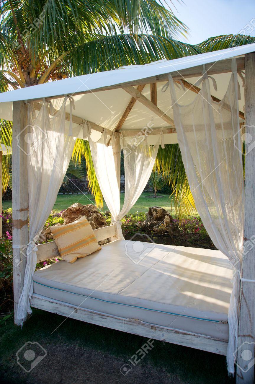 tropische himmelbett in gärten lizenzfreie fotos, bilder und stock
