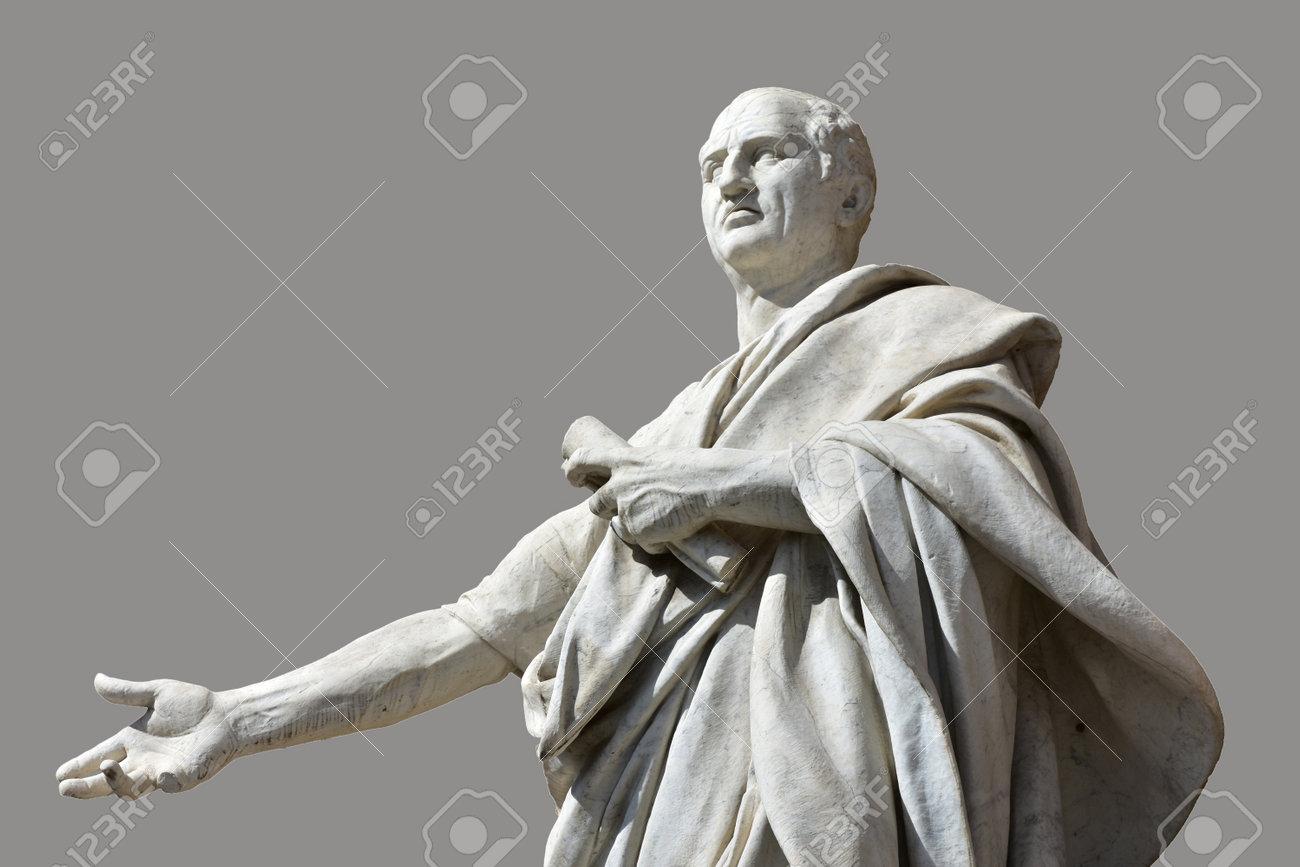 statues de marbre Cicero devant Rome Ancien Palais de Justice avec fond gris Banque d'images - 53643536