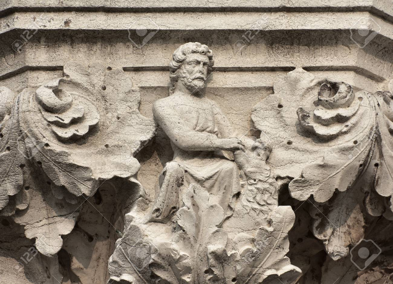 Hercules fight with Nemean Lion symbolizes strength, ancient medieval relief on Venice Doge Palace column Banque d'images - 81981244