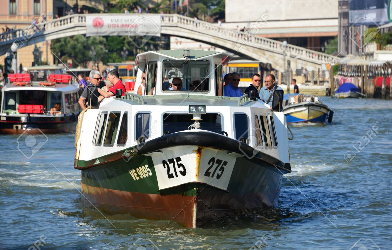 Venice, Italy, August 6, 2015: 'Vaporetti', Venice's characteristic ferry, the city's public transport on water Banque d'images - 81984757