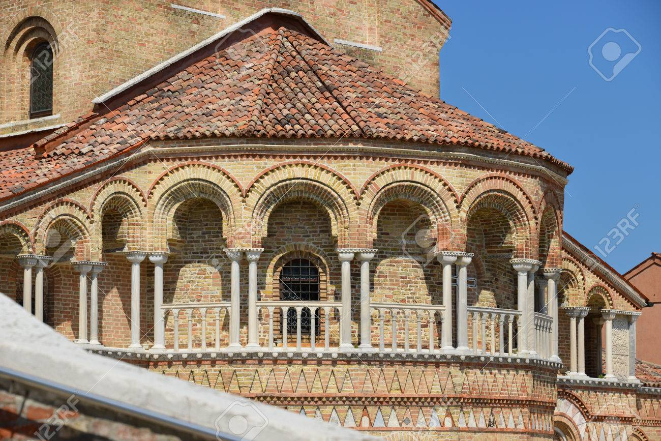 Romanesque colonnade of San Donato Church apse in the Island of Murano near Venice Banque d'images - 81973247