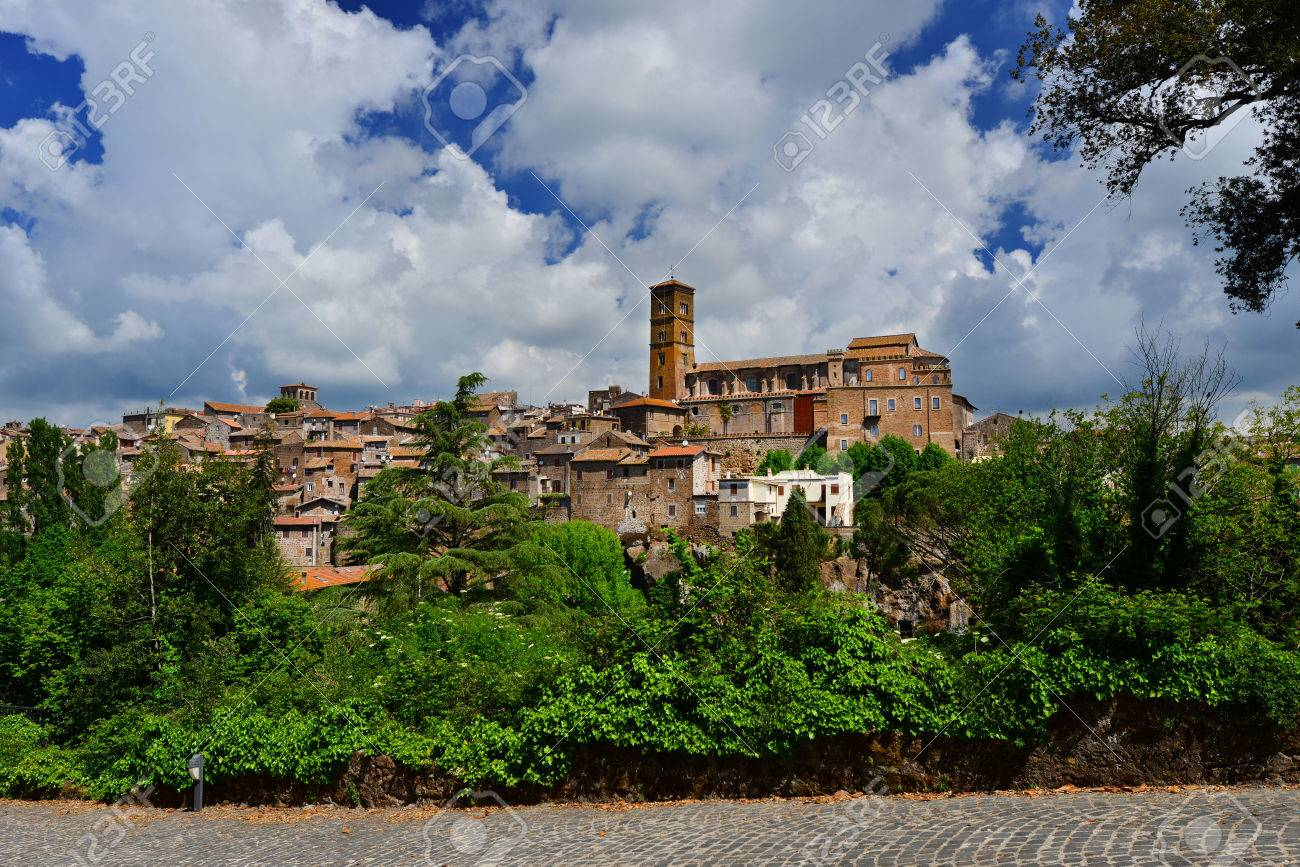 Panoramic view of the ancient medieval city of Sutri, near Rome Banque d'images - 82000238