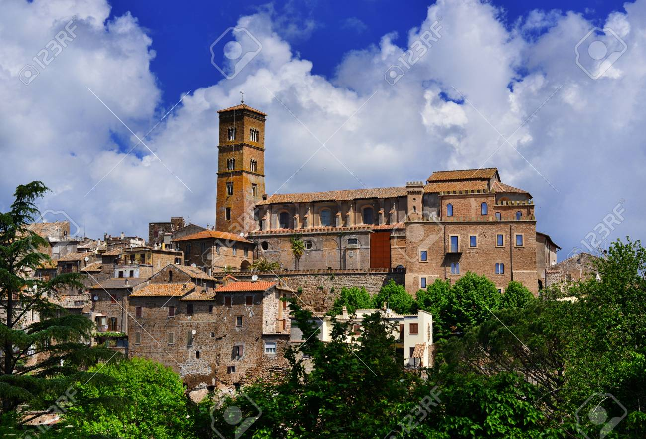 Medieval Saint Mary of Assumption Cathedral at the top of the ancient town of Sutri, near Rome Banque d'images - 82000236