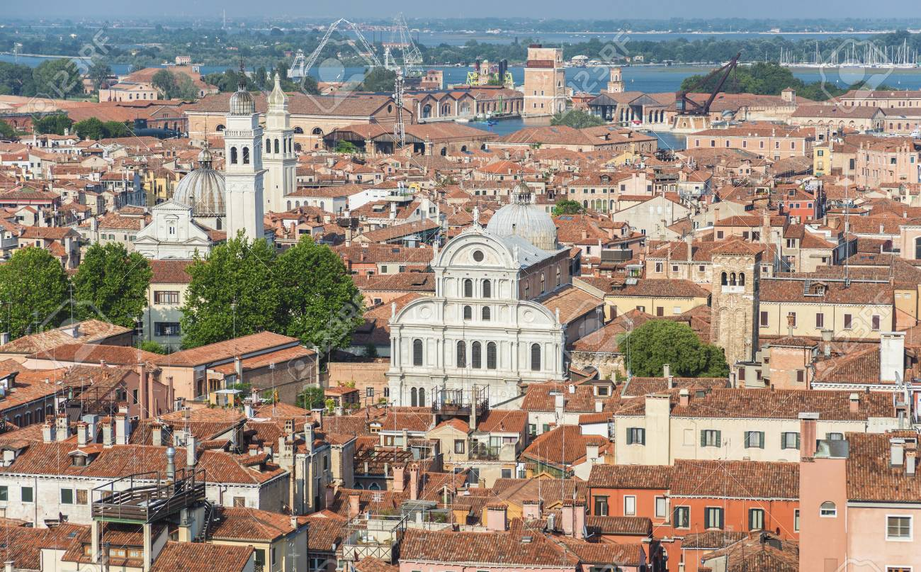 Venice historic center panoramic view, with old churches, domes and houses Banque d'images - 82448054