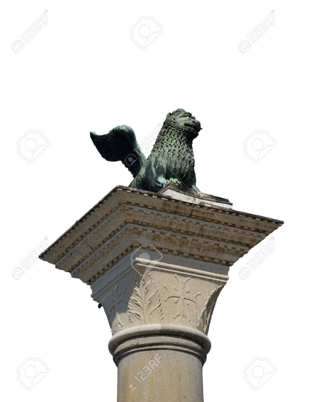 Saint Mark Lion medieval bronze statue at the top of the ancient column, symbol of the old Republic of Venice (isolated on white background) Banque d'images - 82505205