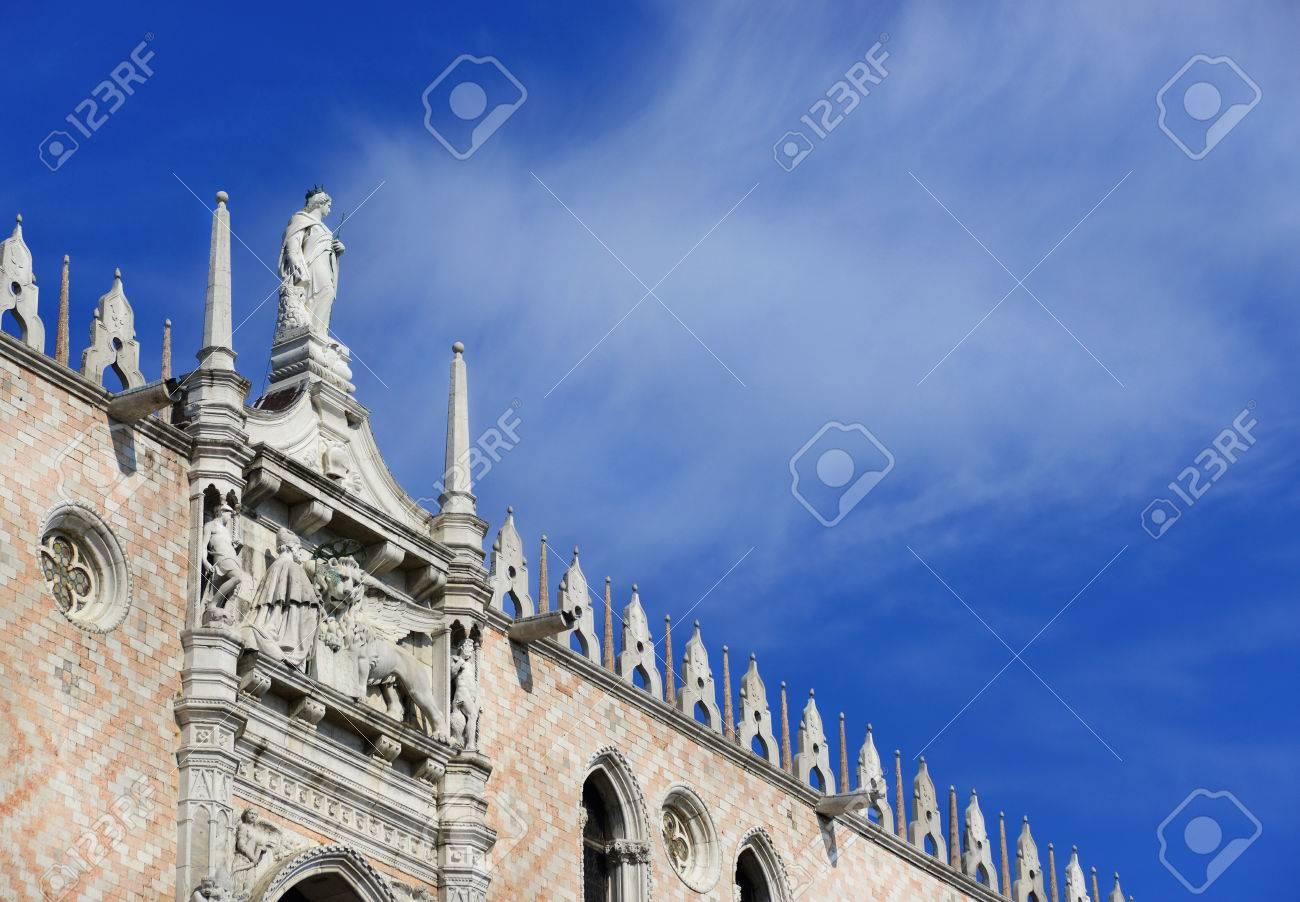 Palais du Doge à Venise avec décor gothique et Saint-Marc Lion (avec nuages ??et espace copie) Banque d'images - 82513185