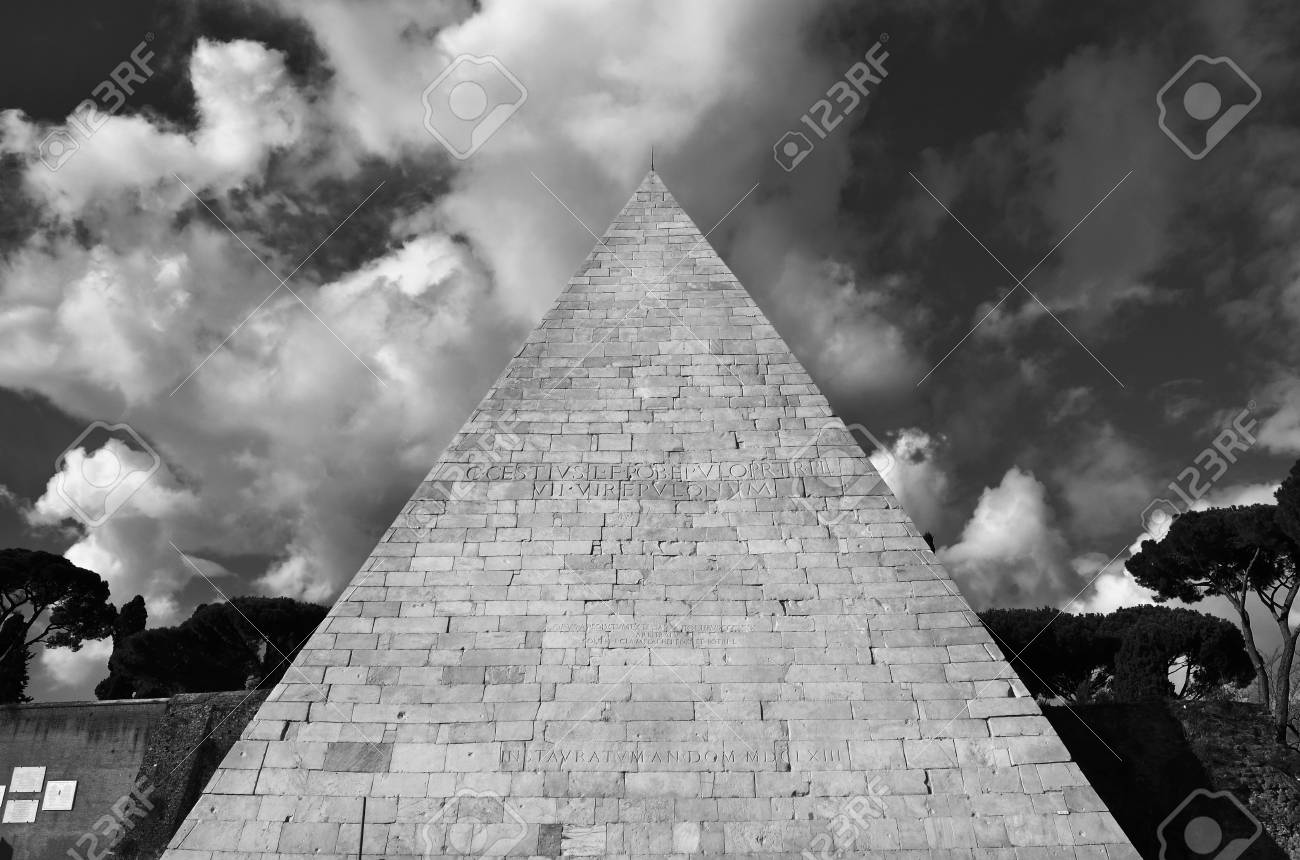 Ancient pyramid of Cestius with beautiful clouds, in the center of Rome (Black and White) Banque d'images - 82513188