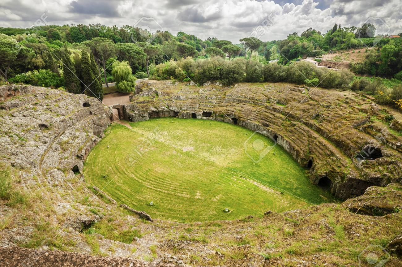 Ancient roman tuff stone amphitheater in the town of Sutri, near Rome Banque d'images - 82505283