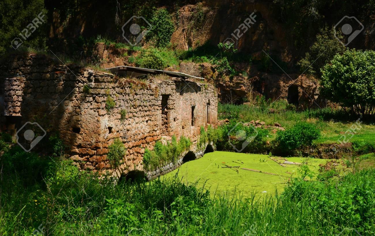 Ruines anciennes de l'ancien moulin à eau de la petite ville de Sutri, près de Rome Banque d'images - 82670485