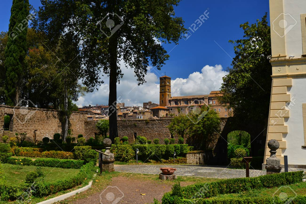 Ancient medieval town of Sutri near Rome, seen from Villa Savorelli public park Banque d'images - 82824333