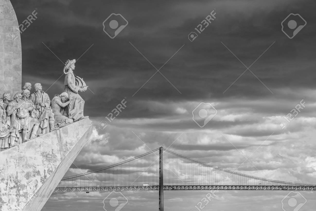Monument national aux découvertes le long du Tage et le pont emblématique de Lisbonne en arrière-plan (noir et blanc) Banque d'images - 82976107