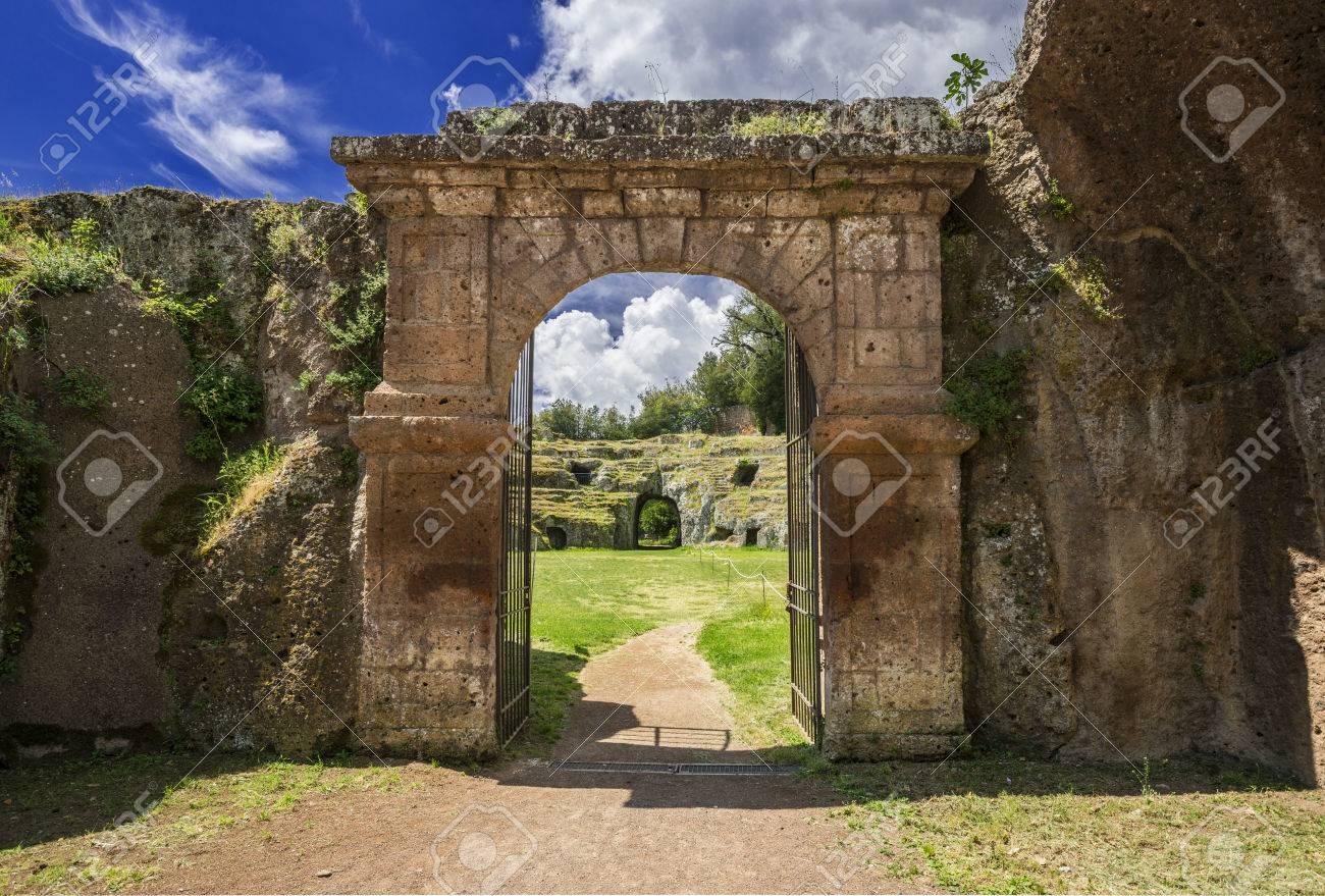 Ancien pont de l'amphithéâtre en pierre romaine dans la ville de Sutri avec des nuages, près de Rome Banque d'images - 85169159