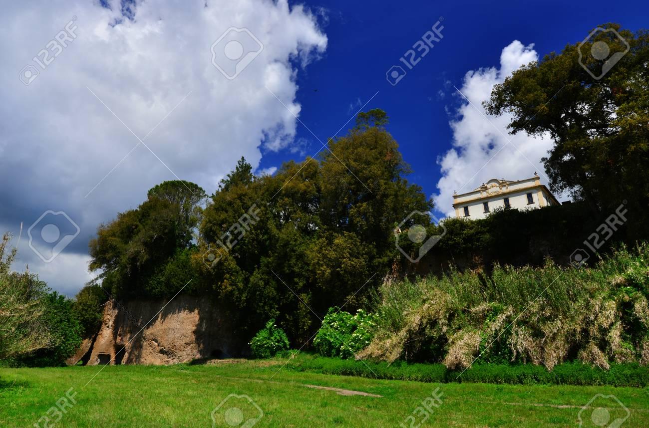Parc public de Villa Savorelli dans l'ancienne ville médiévale de Sutri, vue depuis le vally avec des grottes préhistoriques Banque d'images - 85169162