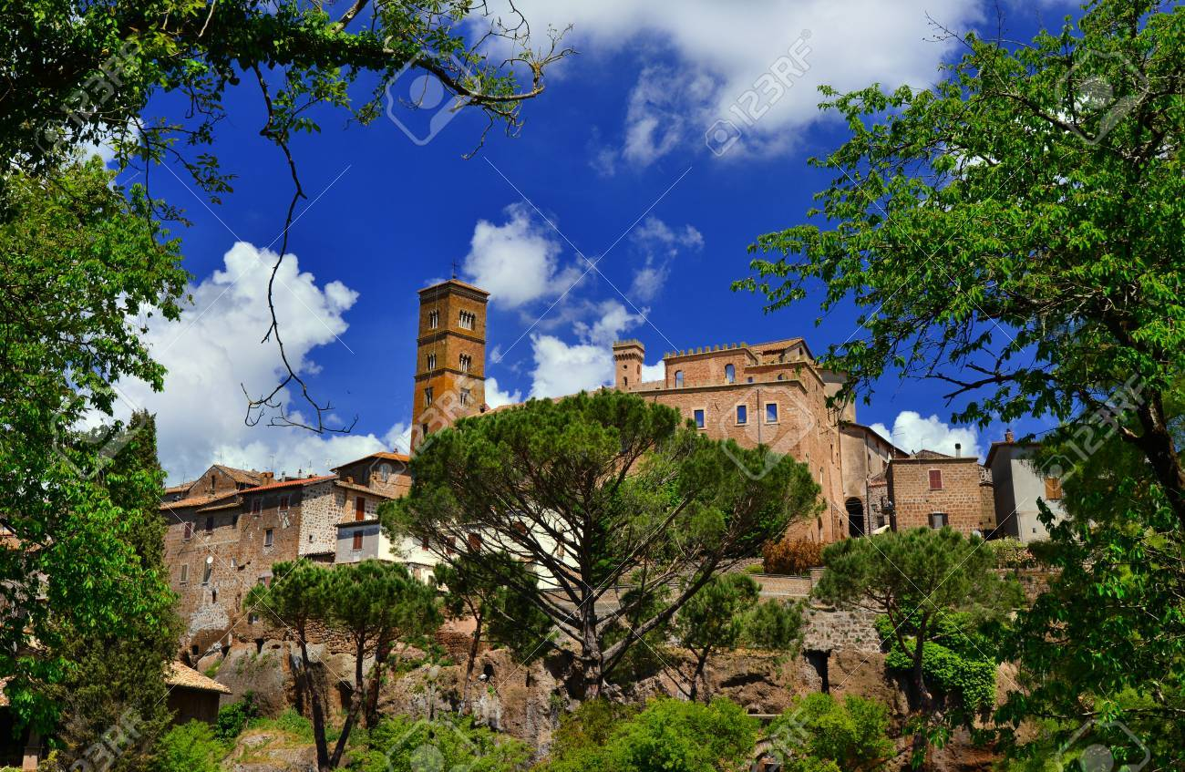 Sutri ancient medieval town near Rome, seen through the nearby woods Banque d'images - 85169163