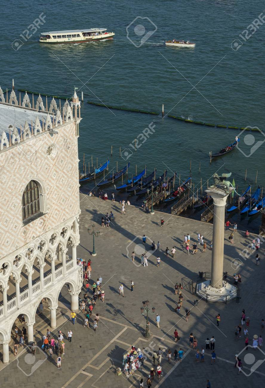 Venice, Italy, June 15, 2017: Saint Mark Square and Venice Lagoon with tourists, monuments and gondolas seen from above Banque d'images - 85379158