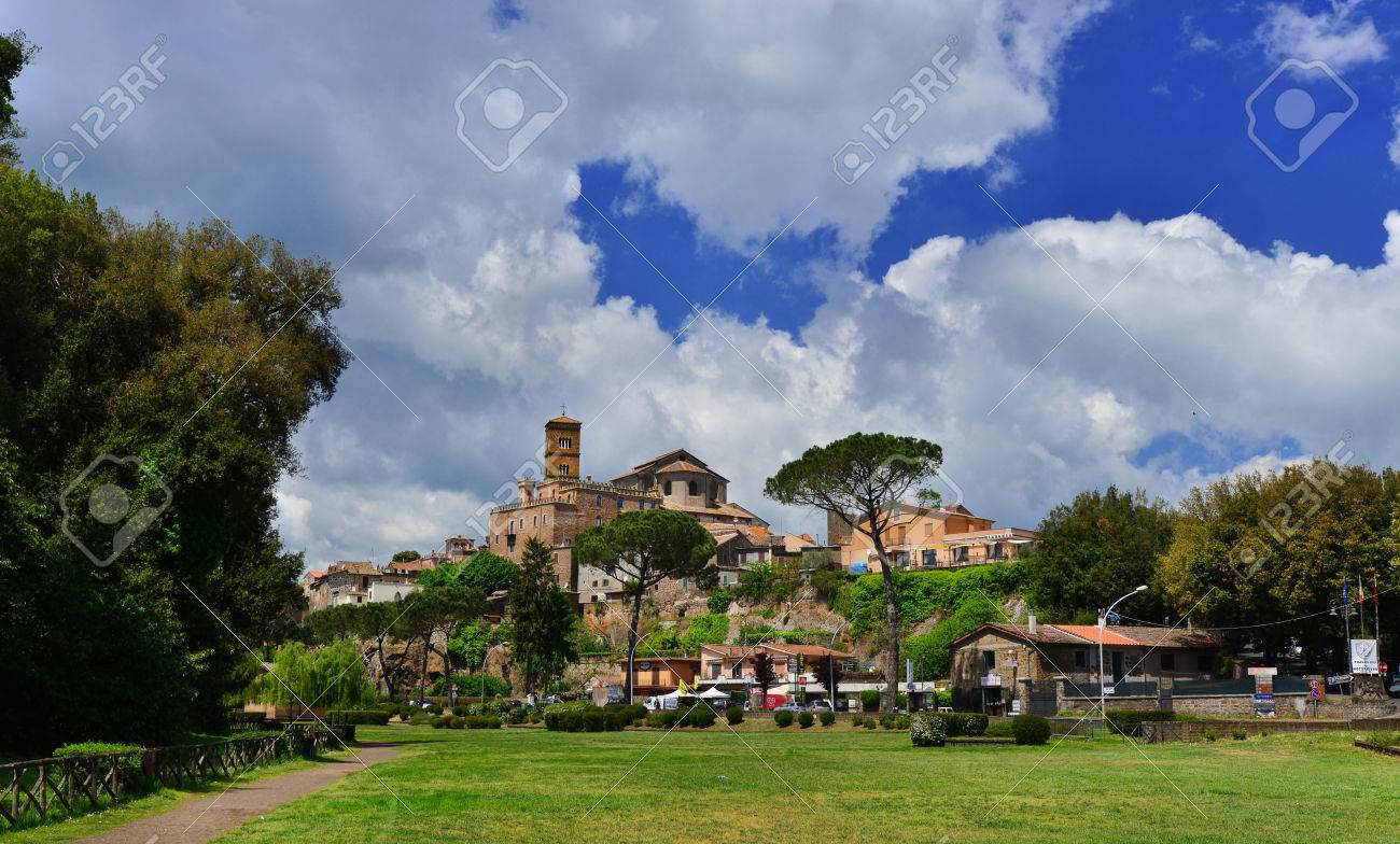 Sutri, Italy, May 10, 2017: Ancient medieval small town of Sutri along Old Cassia Way, near Rome Banque d'images - 85379728