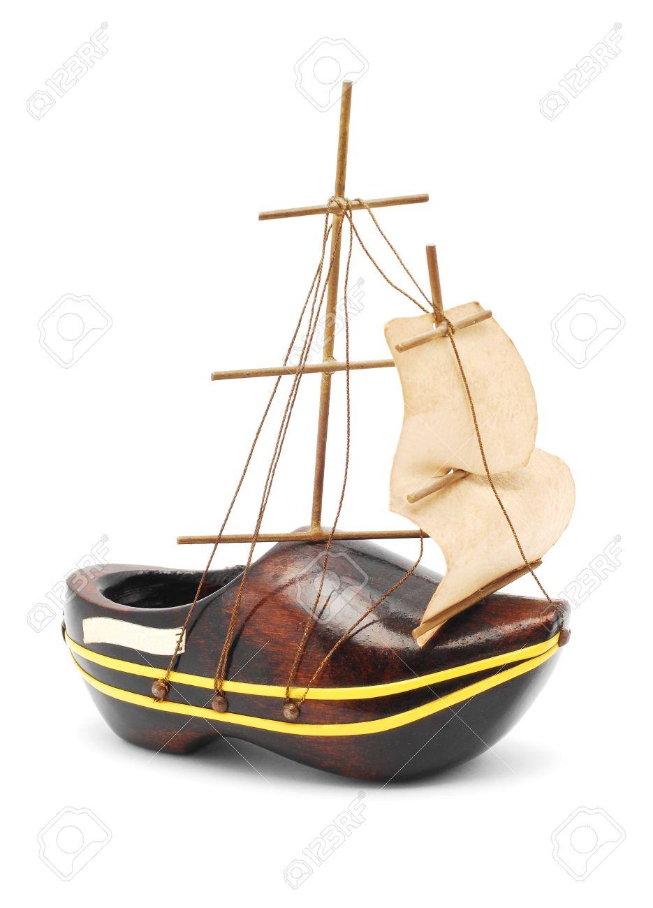 15024922-Souvenir-Holzschuh-Boot-auf-wei