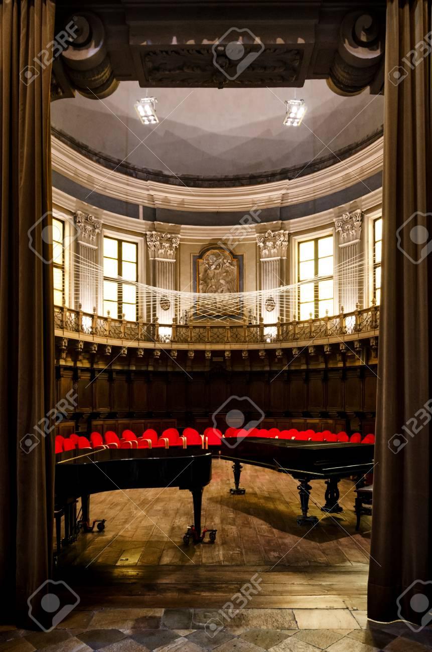 stockfoto turijn itali juni 11 2017 het antieke barokke koor van de kerk van santa pelagia in turijn itali met twee pianos en gordijnen