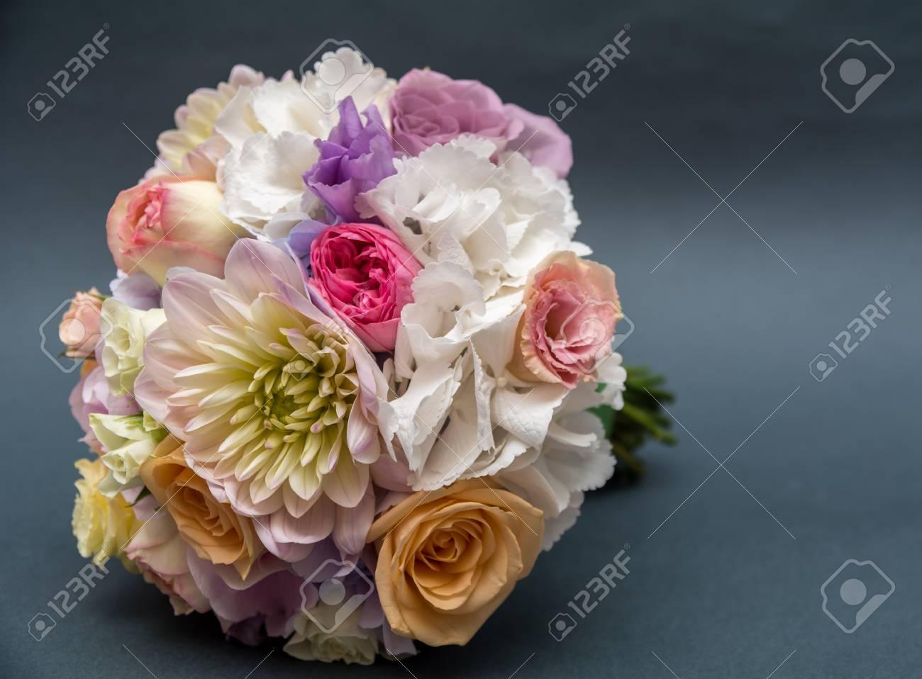 Hochzeitsstrauss Auf Grau Isoliert Lizenzfreie Fotos Bilder Und