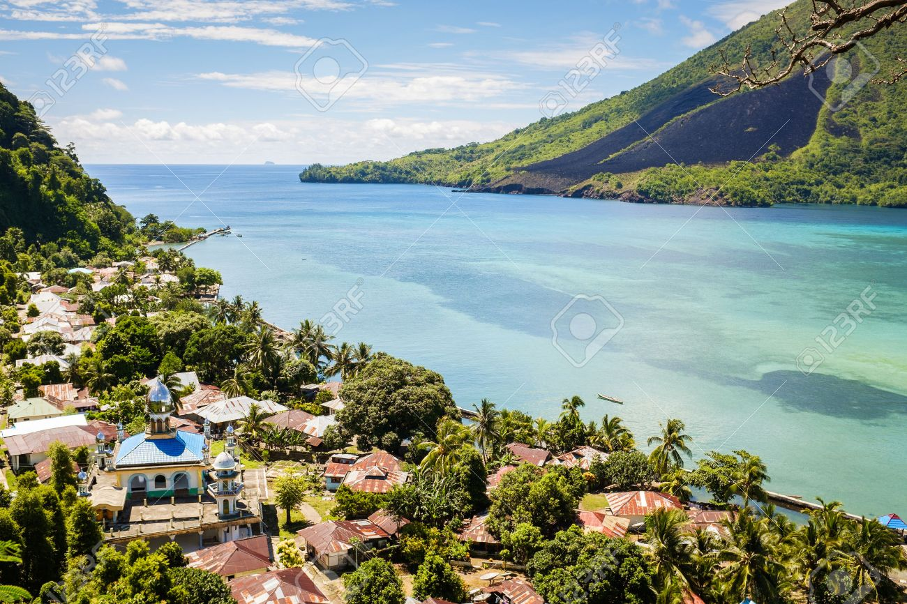 View over banda Besar and Banda Islands Maluku Indonesia volcano Standard-Bild - 40960545