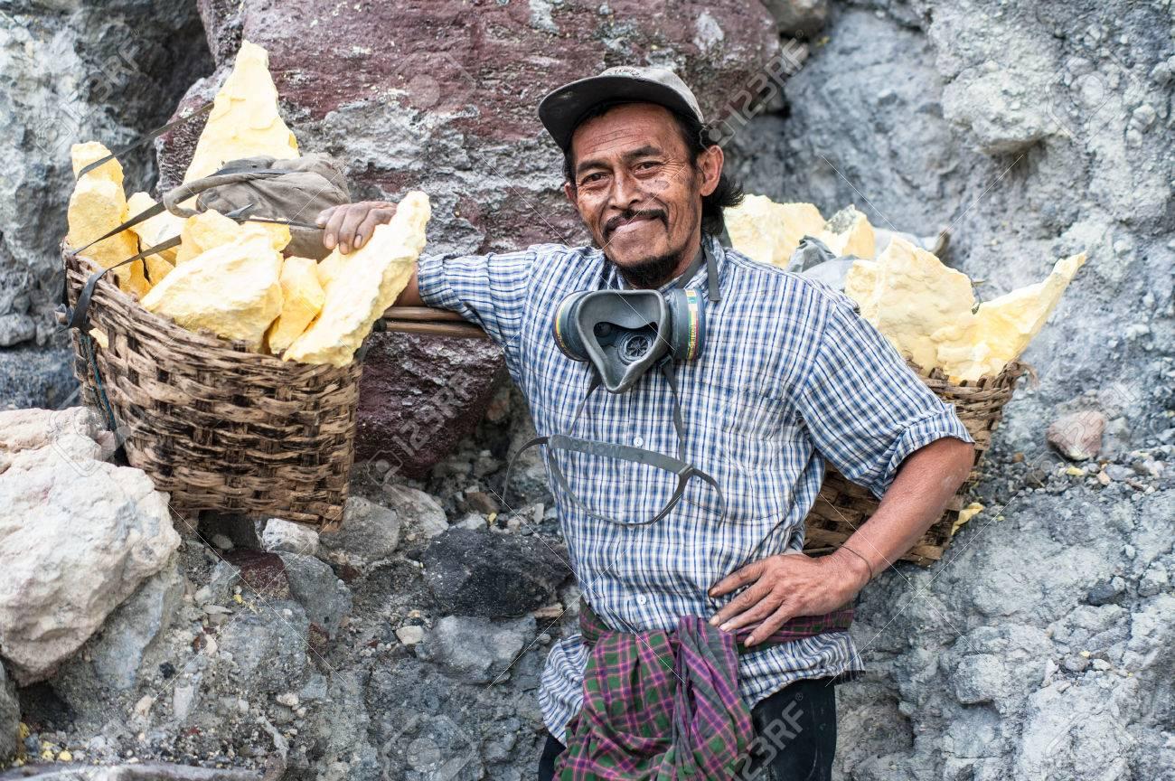 Portrait of a worker at Ijen crater, a sulfur mine in Java, Indonesia Standard-Bild - 43483371