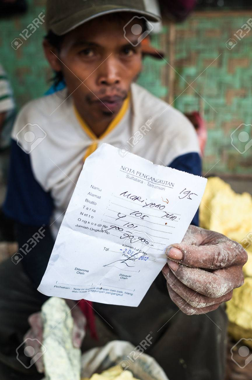A worker at Kawah Ijen shows a receit with his earnings of the day Standard-Bild - 43483534