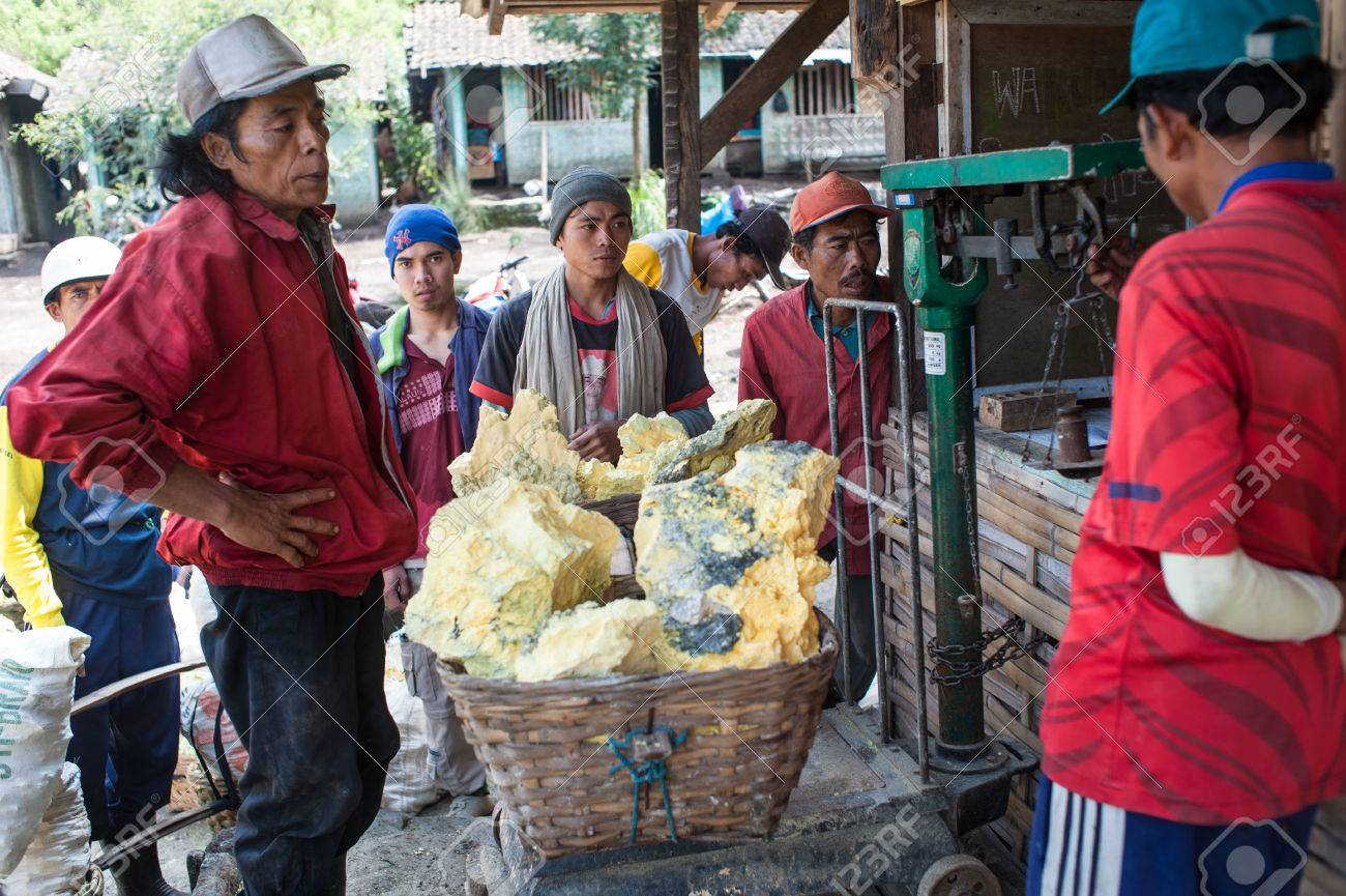 Workers at Ijen crater at the weigh station Standard-Bild - 43483531
