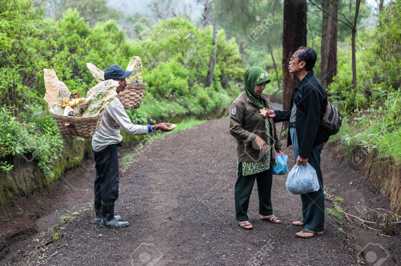 Worker at Ijen crater sells souvenirs to tourists Standard-Bild - 43483530