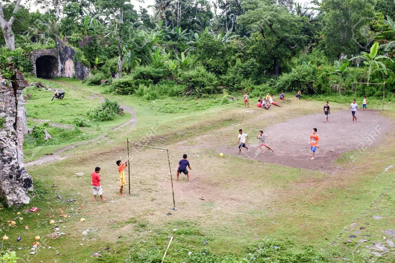 Local kids play football at the ruins of Fort Nassau in Bandaneira, Banda Islands, maluku, Indonesia Standard-Bild - 43484955