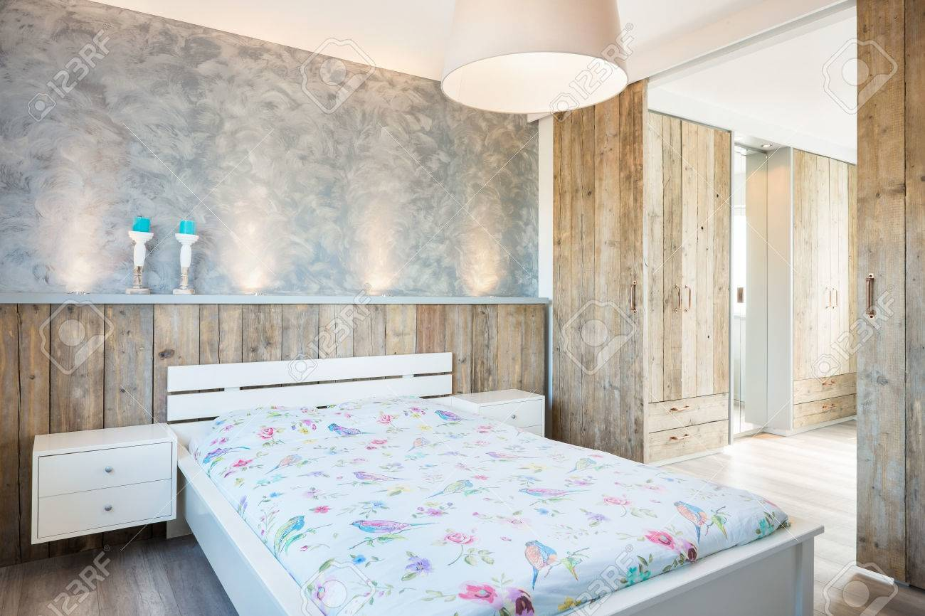 Modern bright bedroom whit a loot of wood Standard-Bild - 42834808