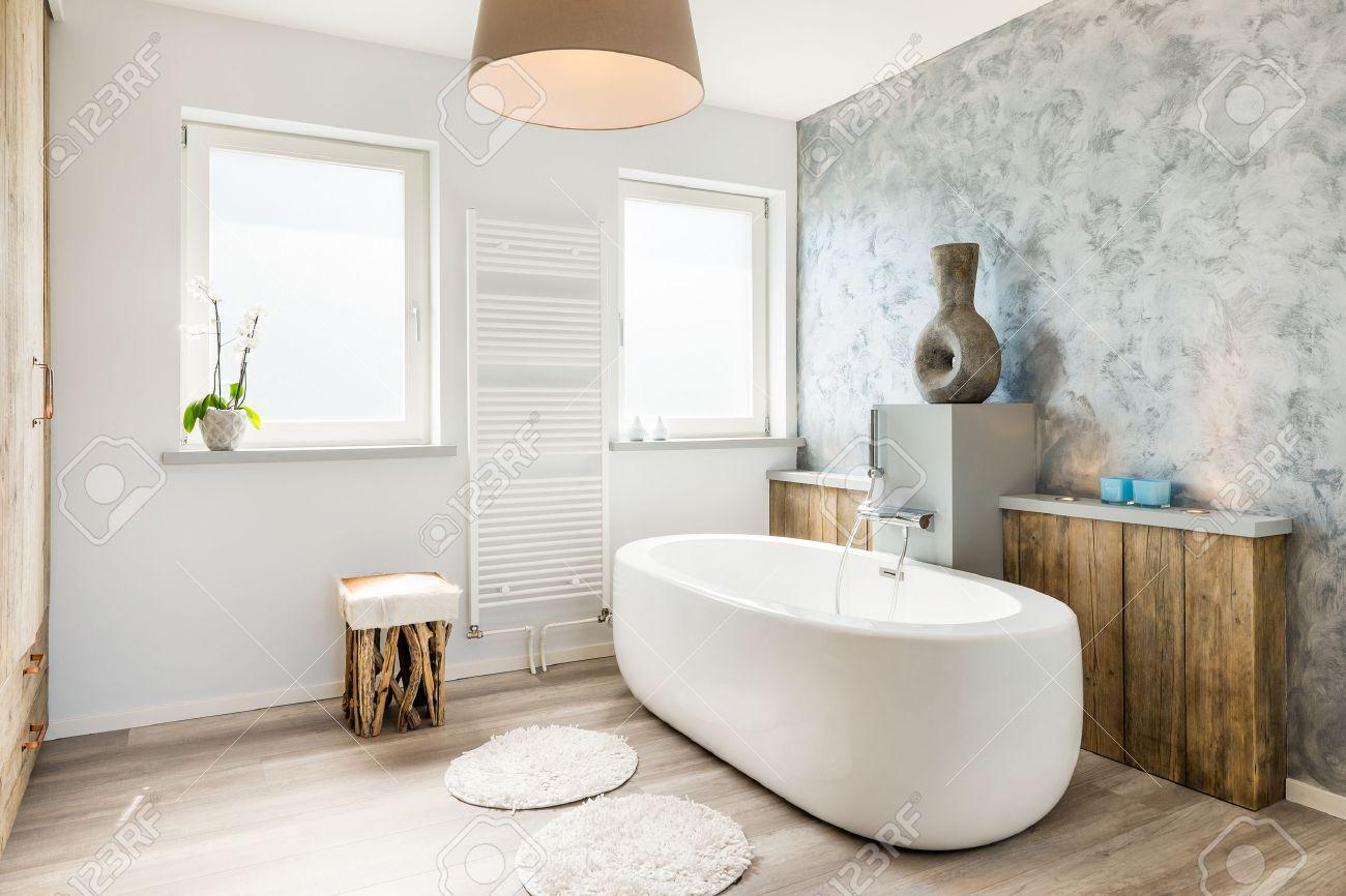 Moderne lichte badkamer met een apart bad royalty vrije foto ...