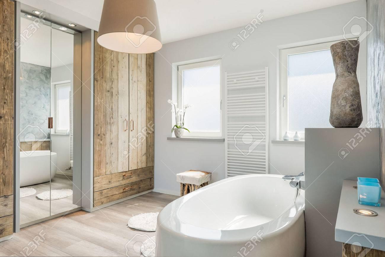 Luminoso cuarto de baño moderno con bañera separada