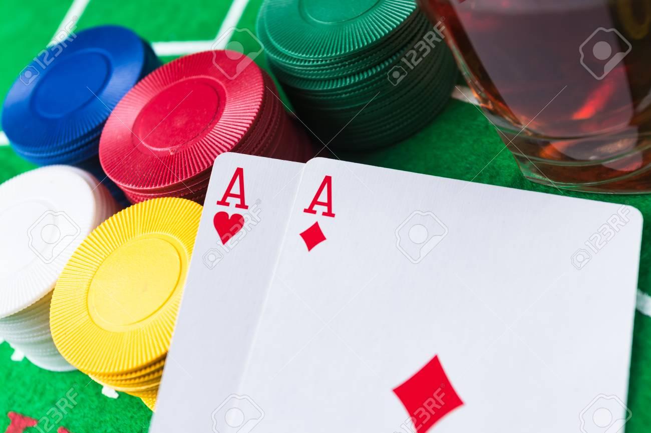 Fichas De Casino Y Las Cartas Sobre La Mesa Verde Dos Ases Bebida