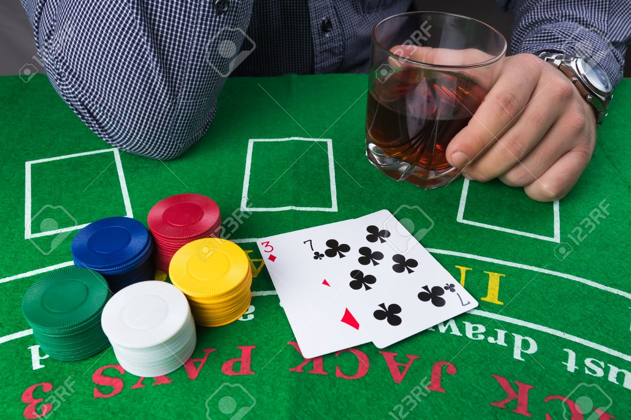 Fichas De Casino Y Las Cartas Sobre La Mesa Verde Tarjetas Debiles