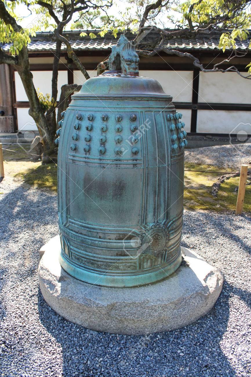 Antieke Bronzen Bel.Antieke Bronzen Bel Bij Ninomaru Palace Bij Het Nija Kasteel Met Het Drakenstandbeeld Op De Top In Kyoto Japan
